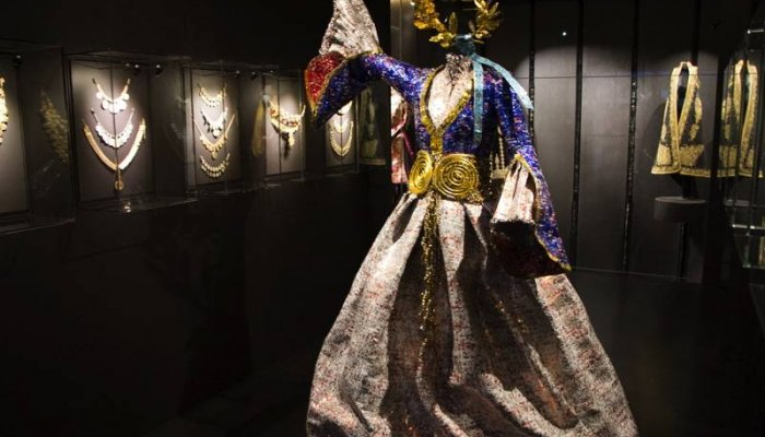 """Συλλογή Ελληνικών Ενδυμασιών """"Β. Καρέλια""""- Ιστορικές μορφές της Επανάστασης στην έκθεση του Νίκου Φλώρου (φωτογραφίες)"""