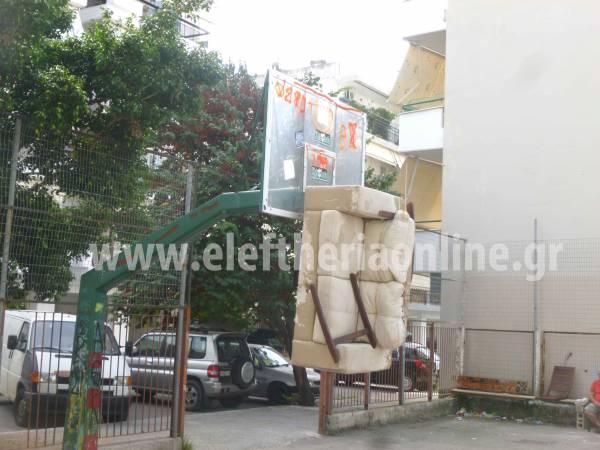 Κρέμασαν καναπέ σε... μπασκέτα στην Καλαμάτα (φωτογραφίες)