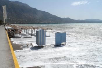 Τα κύματα πήραν τις ξαπλώστρες στην παραλία Καλαμάτας