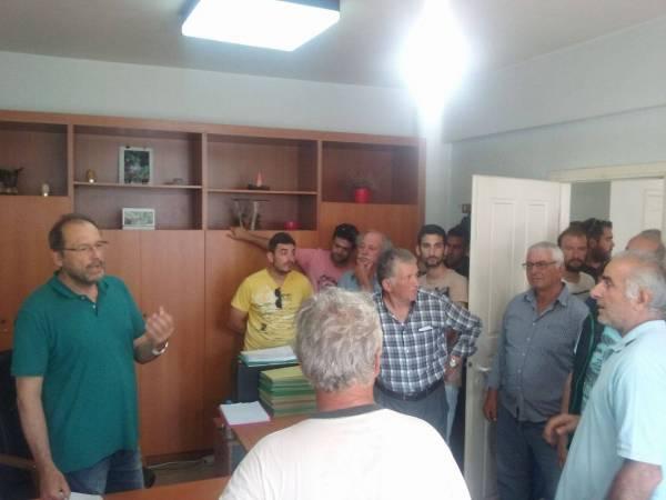 Παράσταση διαμαρτυρίας του Αγροτικού Συλλόγου Γαργαλιάνων στο Δασαρχείο Κυπαρισσίας για τους χάρτες