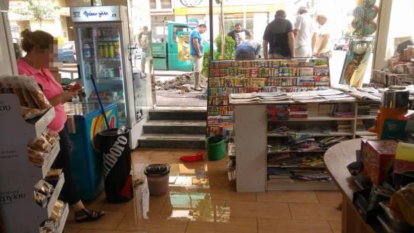 Εσπασε αγωγός και πλημμύρισε ψιλικατζίδικο στην Καλαμάτα (βίντεο)
