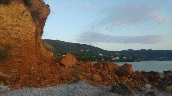 Μεσσηνία: Μεγάλη κατολίσθηση στην παραλία της Σάνταβας (βίντεο)