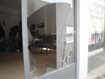 Εσπασαν την τζαμαρία της Ανοιχτής Συνέλευσης στην Καλαμάτα