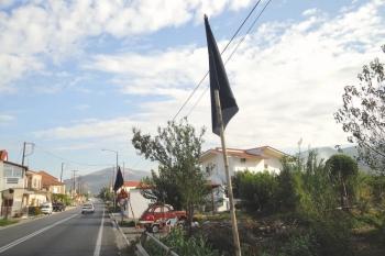 Για τα σκουπίδια στο Παλιοροβούνι: Σήκωσαν μαύρες σημαίες στο δρόμο
