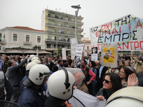 Πορεία ΣΥΡΙΖΑ και ΕΠΑΜ στην Καλαμάτα. Βίντεο με τα μικροεπεισόδια στο τέλος της παρέλασης