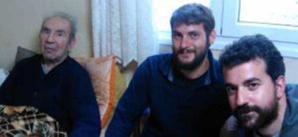 Τον Οκτώβρη του 2015 με τους ερευνητές Κ. Καπετανάκη και Δ. Αβαρλή στο σπίτι του αγροτοσυνδικαλιστή μπαρμπα-Λια Αποστολόπουλου, αδελφού του μπάρμπα Νιόνιου