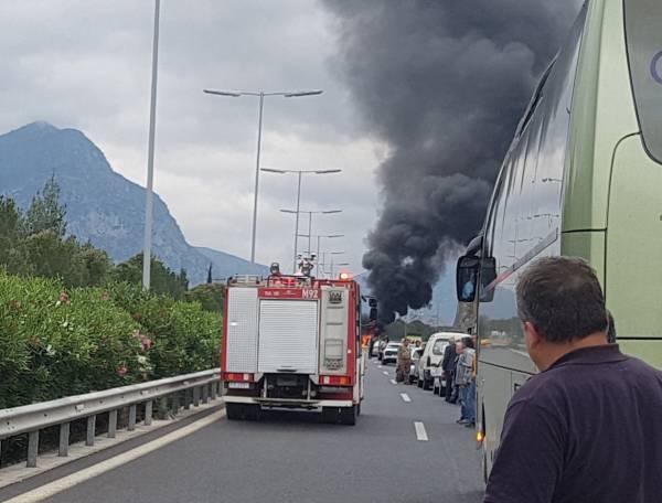 Τροχαίο στον αυτοκινητόδρομο πριν τη σήραγγα της Στέρνας: Αυτοκίνητο τυλίχθηκε στις φλόγες!