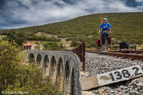 Ο φωτογράφος με το… τρενοποδήλατο στο σιδηροδρομικό δίκτυο της Πελοποννήσου (φωτογραφίες)
