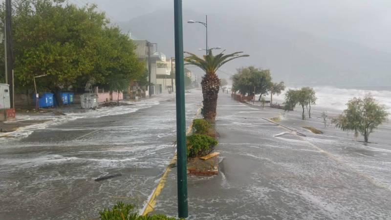 Πολύ μεγάλα κύματα στην Καλαμάτα: Η θάλασσα βγήκε στη Ναυαρίνου (βίντεο-φωτογραφίες)