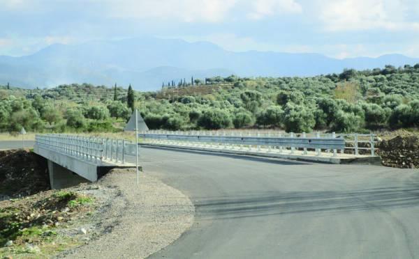 Περιμένουν τα στηθαία για να δώσουν τη γέφυρα στο Νεοχώρι Μελιγαλά