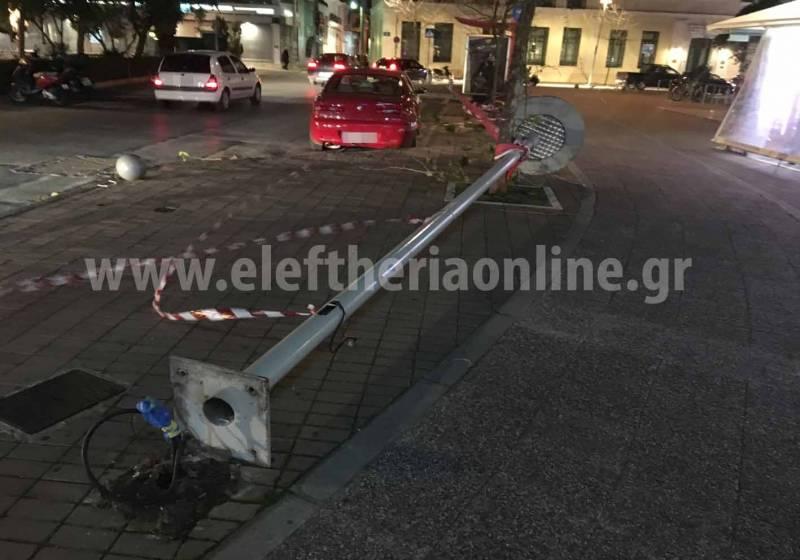 """Καλαμάτα: """"Ξεριζώθηκε"""" κολόνα φωτισμού στην κεντρική πλατεία"""