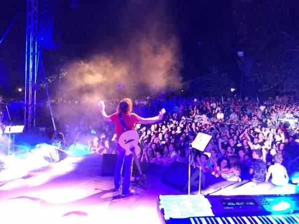 Συναυλία Παπακωνσταντίνου - Θηβαίου στο Χανδρινού: Ηλεκτρισμένο ροκ κάτω απ' τα πλατάνια (βίντεο)