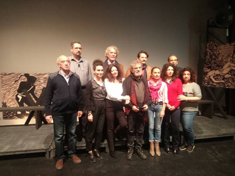 """""""Θεατρική Διαδρομή"""": Η Μακρόνησος επίκεντρο της παράστασης «Στο Σύρμα»"""