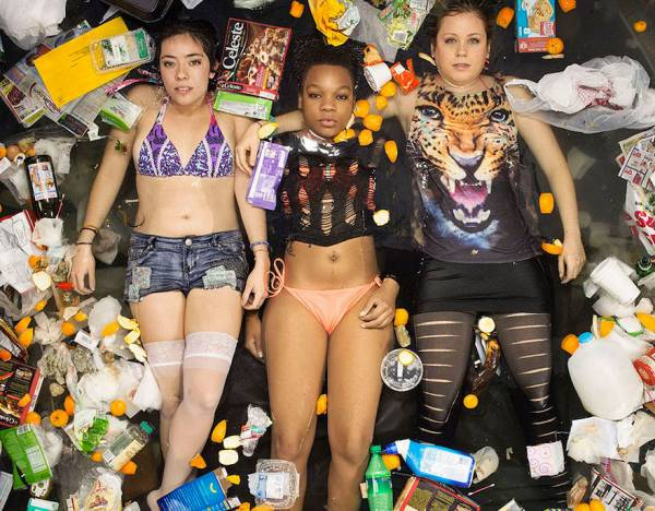 Φωτογραφίζονται με τα σκουπίδια που παράγουν σε μια εβδομάδα (σοκαριστικές φωτογραφίες)
