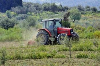 Καθυστερήσεις στην εγγραφή νέων αγροτών καταγγέλλουν Πετράκος - Κοδέλας