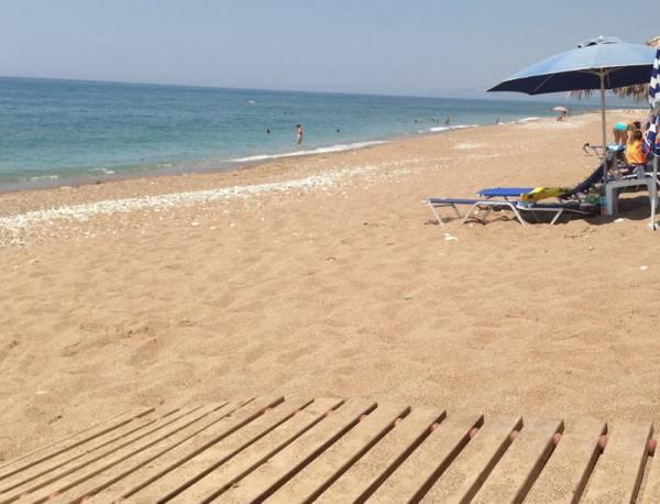 Μαζεύτηκαν οι τελευταίες ξαπλώστρες στην παραλία του Αϊ-Λαγούδη