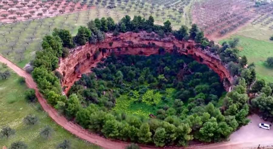 Αποτέλεσμα εικόνας για Εκκλησάκια σε επιβλητικό κρατήρα στην Αργολίδα
