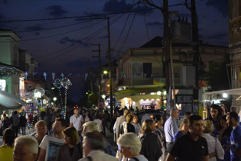 Γέμισε κόσμο η Κυπαρρισία στην 5η λευκή νύχτα (φωτογραφίες)