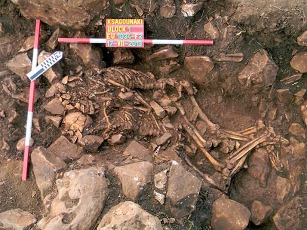 Προϊστορικό ζευγάρι αγκαλιασμένο στο Διρό