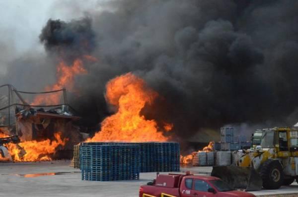 Μεγάλη φωτιά σε μονάδα χυμοποίησης εσπεριδοειδών στη Νέα Κίο (φωτογραφίες)
