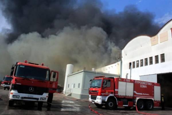 Εχει περιοριστεί η φωτιά στο εργοστάσιο χυμοποιίας στην Νέα Κίο