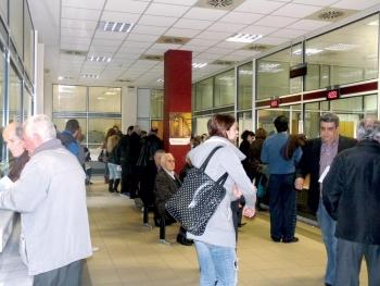Ουρές και γκρίνια στη ΔΟΥ Καλαμάτας μετά τη μετακίνηση των περιφερειακών Εφοριών