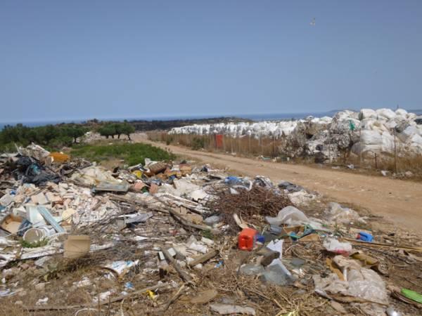 Σκουπίδια με φόντο το Ναβαρίνο