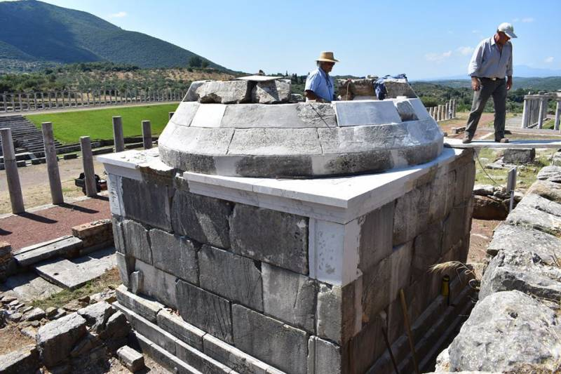 Εντυπωσιακή αναστήλωση ταφικού μνημείου στην Αρχαία Μεσσήνη