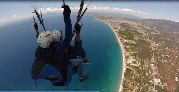 Πετώντας με αλεξίπτωτο πλαγιάς πάνω από την Καλαμάτα (βίντεο - φωτογραφίες)