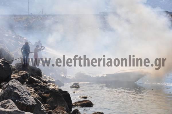 Φωτιά σε σκάφος έξω από τη Μαρίνα Καλαμάτας (φωτογραφίες και βίντεο)