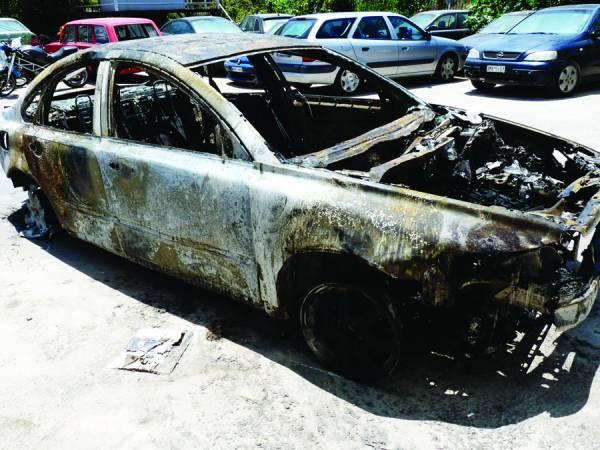 Καμένο σε νταμάρι κλεμμένο αυτοκίνητο