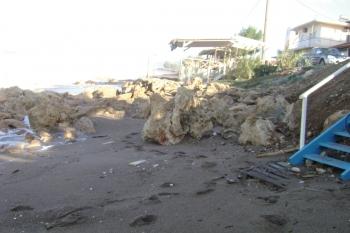 Παραλία Καλού Νερού: Η θάλασσα πήρε την άμμο